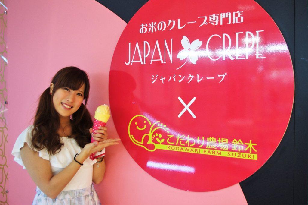 JAPAN CREPEの看板と宮路愛実さん