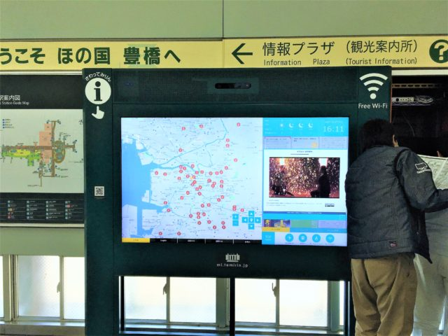 豊橋駅改札前のデジタルサイネージ