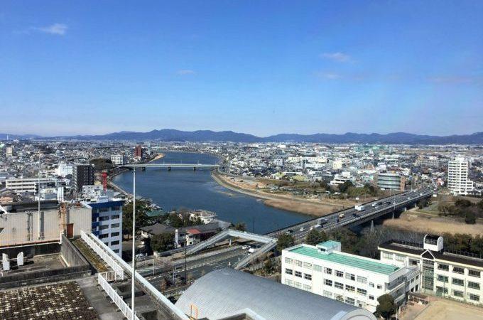豊橋市役所13階の展望ロビーから見た豊川