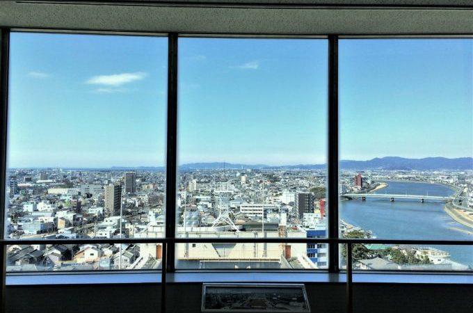 豊橋市役所13階の展望ロビーの窓