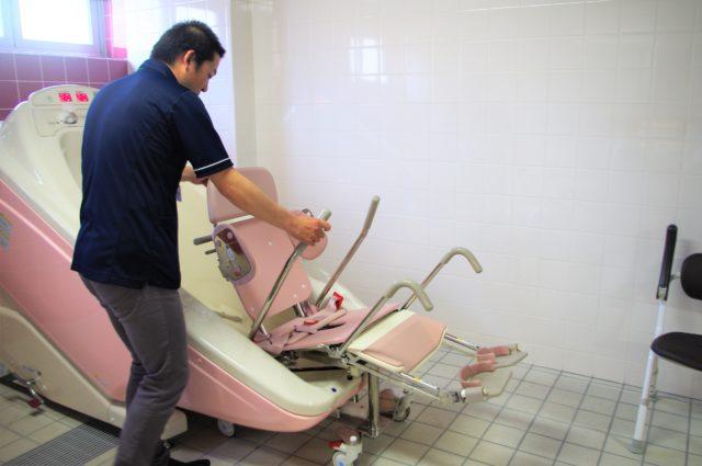 ジャグジー付きの介助用浴槽